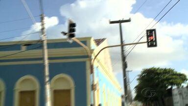 Semáforos intermitentes causam transtornos aos motoristas na parte baixa de Maceió - Caso ocorreu por conta da falta de energia na região.