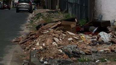 Lixo acumulado incomoda moradores de Cruz das Almas - Eles denunciam que há quatro meses sofrem o lixo de uma obra da própria prefeitura de Maceió.