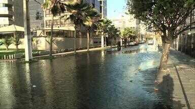 Vazamento de água limpa deixa rua alagada na Jatiúca - Problema fica na Rua Padilha Maria de Mendonça