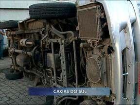 Van escolar tomba em Caxias do Sul, RS - Crianças tiveram apenas ferimentos leves