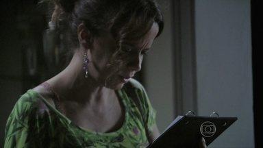 Império - Capítulo de quinta-feira, dia 05/03/2015, na íntegra - Lorraine lê um bilhete misterioso na casa de Silviano