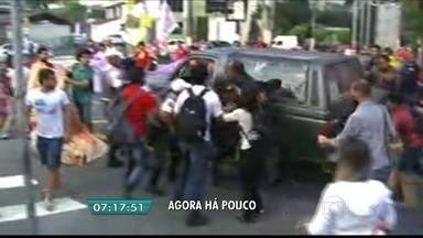 Motorista joga carro em manifestantes na USP - O motorista jogou o carro em cima de funcionários que faziam um protesto na Universidade de São Paulo (USP). Os manifestantes bloqueavam o tráfego e impediam a entrada a pé na universidade.