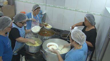 Mulheres se reúnem para alimentar moradores de rua em Ribeirão Preto - Voluntárias arrecadam doações para preparar refeições aos necessitados.