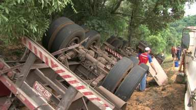 Moradores saqueiam carga de caminhão - Motorista teria perdido o controle do veículo
