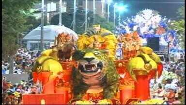 Avenida do carnaval de Uruguaiana, RS, promete estar lotada no último dia de desfiles - Assista ao vídeo.