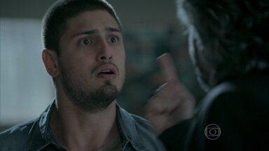 João Lucas e Josué tentam acalmar José Alfredo - Desesperado, o Comendador chora nos braços do filho