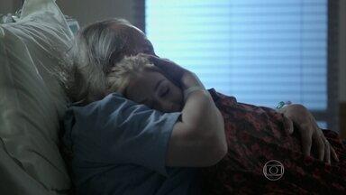 Maria Isis cuida de Severo no hospital - Ele diz que está pagando pelos seus pecados e é consolado pela filha