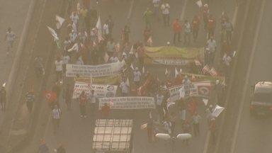 Grupo de manifestantes fecha a Fernão Dias e faz mobilização em frente à Regap - Ação foi parte de uma convocação nacional em defesa da Petrobras dos direitos dos trabalhadores e por uma reforma política.