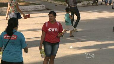 Integrantes da CUT realizam panfletagem em São Luís - Integrantes da Central Única dos Trabalhadores (CUT) fizeram nesta sexta-feira (13), em São Luís, uma panfletagem em defesa da Petrobras e da reforma política.