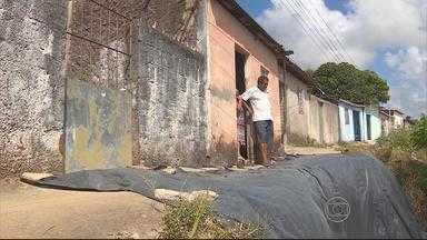Moradores de Jaboatão vivem inseguros por causa de escadaria e barreira - De acordo com a Defesa Civil de Jaboatão, mutirão na Rua Vicente de Carvalho já começou.