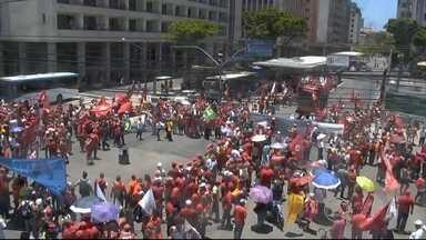 Em Pernambuco, centras sindicais fazem protesto pacífico em defesa da democracia - Segundo os organizadores, o protesto acontece no Recife, em Caruaru e em Petrolina