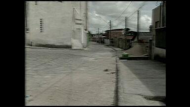 Aposentada é atingida por bala perdida em casa, no Norte do ES - Criminosos trocavam tiros do lado de fora da residência. Tiroteio aconteceu no bairro Aviso, em Linhares.