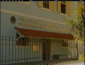 Pais de alunos reclamam da falta de professores da rede municipal de ensino de Petrópolis - Aulas começaram há mais de um mês.
