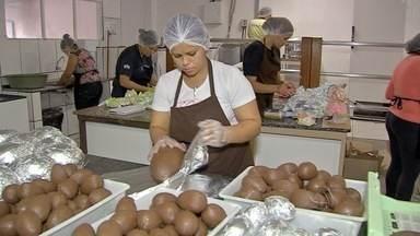 Indústrias contratam funcionários temporários para o período da páscoa - Ovos de chocolate já invadiram os corredores dos mercados. Quem faz o produto em casa, aproveita para aumentar a renda