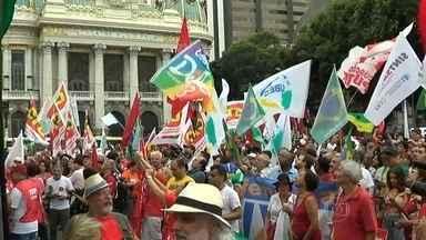 Manifestantes fazem passeata pacífica no Centro do Rio - Representantes de centrais sindicais e movimentos sociais saíram da Cinelândia para a sede da Petrobras. O ato é em defesa da estatal, da democracia, dos direitos dos trabalhadores e da presidente Dilma.