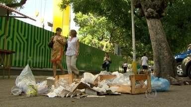 Prefeitura aumenta proposta de reajuste salarial para garis em greve - Vários pontos da cidade já estão com lixo acumulado. Moradores temem que a chuva prejudique a situação.