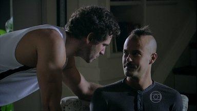 Helena e Orville ajudam Salvador a superar trauma do passado - O pintor ainda sente-se culpado pelo crime que cometeu