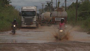 Rio Madeira invadiu parte da Estrada do Belmont, onde estão distribuidoras de combustíveis - Um desvio foi feito como alternativa para os motoristas.