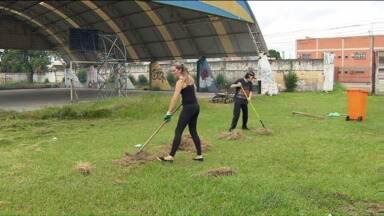 Pais e alunos fazem mutirão para arrumar escola em Curitiba - Comunidade escolar quer transformar ação feita em escola do bairro Boqueirão em rotina.