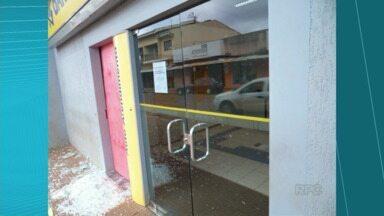 Bandidos tentam explodir caixas eletrônicos em Tamarana - O alvo foi a agência do Banco do Brasil. Os três bandidos explodiram um dos caixas, mas não chegaram ao cofre.