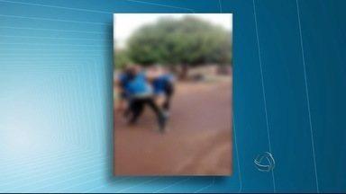 Vídeo mostra briga entre estudantes em Dourados (MS) - As imagens gravadas por celular mostram duas meninas brigando. Para acabar com a violência, escola estadual criou estratégias para prevenir esses casos