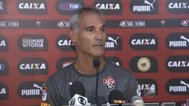 Treinador interino do Vitória fala sobre o período no comando do time - Carlos Amadeu fica até domingo (15), dia da partida entre o rubro-negro e o Colo-Colo.