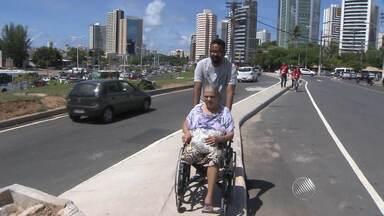 Pedestres reclamam de retirada de ponto de ônibus na região do Iguatemi, em Salvador - As reclamações são, principalmente, porque a caminhada do ponto até os principais serviços na região ficou mais longa.