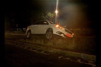 Motorista perde o controle e táxi invade mureta de elevado em Belém - Acidente aconteceu na madrugada desta segunda-feira (16). Carro ficou no local à espera de perícia no início desta manhã.