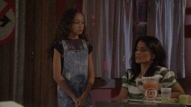 Tomtom distrai Delma para que Pedro encontre Karina - Entediada, a galera da banda espera pela chegada da menina