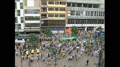 Manifestantes fazem protestos contra corrupção em todo o Paraná - Em Londrina a passeata começou na rotatória da avenida JK e terminou no calçadão.
