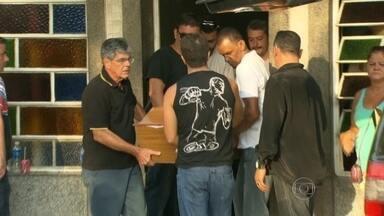 Polícia busca de onde partiram tiros que atingiram duas pessoas no subúrbio do Rio - Um menino de 10 anos permanece internado em estado greve. O corpo de Maria Helena dos Santos foi enterrado. Ela foi baleada na porta de casa.