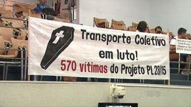 Cobradores dos ônibus do transporte de Ponta Grossa fazem manifestação - Eles são contrários ao projeto que pretende acabar com o cargo; votação ainda não tem data para acontecer