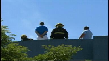 Incêndio atinge terraço de prédio e causa apreensão em Uruguaiana, RS - Compressor de ar-condicionado queimou e causou o fogo. Ninguém se feriu.