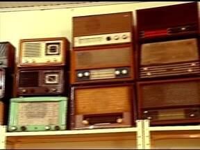 Rádios antigos são paixão de colecionador - Hipólito Matiello coleciona mais de 40 rádios em casa