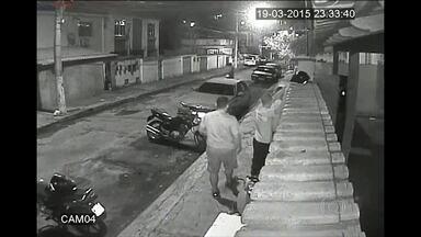 Funcionários são assaltados no Fonseca, Niterói - O Roubo aconteceu no fim da noite da última quarta-feira (19), no Fonseca, em Niterói. Imagens de segurança registraram a ação dos assaltantes. Confira.