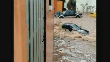 Bombeiros buscam homem que desapareceu durante tempestade em São Paulo - Dez equipes do Corpo de Bombeiros procuram pelo homem, de 69 anos, que sumiu durante o temporal. A chuva que caiu na cidade por uma hora foi equivalente ao volume de quatro dias.
