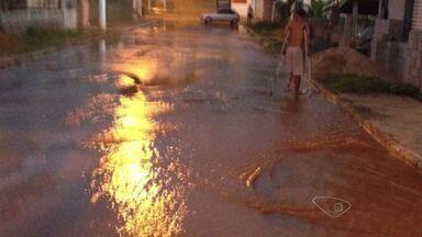 Moradores sofrem com vazamento de água, em Cariacica, no ES - Caminhão rompeu tubulação e a água alagou ruas, praça e casa de moradores. Cesan foi até o local.