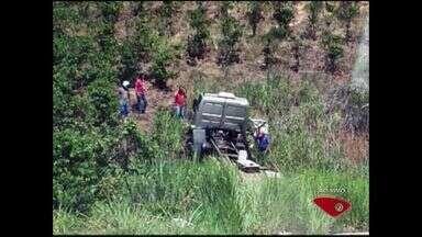 Caminhoneiro morre após bater em barranco em rodovia do Sul do ES - Carga de frangos ficou espalhada pelo acostamento e muitos morreram.