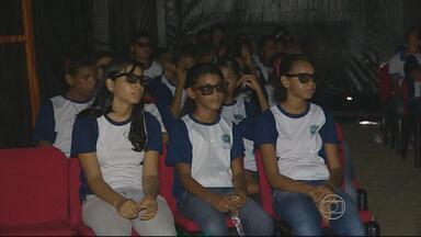 Em Ipojuca, caminhão é transformado em sala de projeção de cinema - Muitos estudantes puderam assistir, pela primeira vez, a um filme numa sala de cinema.