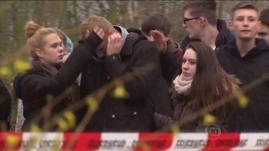 Tragédia com airbus nos Alpes Franceses espalha consternação e dor pelo mundo - A lista divulgada pela companhia aérea Germanwings revelou que havia passageiros de 18 países, a maioria da Alemanha e da Espanha.