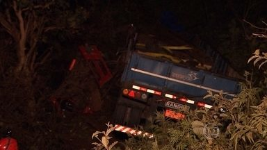Homem morre em acidente na BR-040, na Região Metropolitana de Belo Horizonte - Carreta bateu na traseira de um carro e caiu na ribanceira.