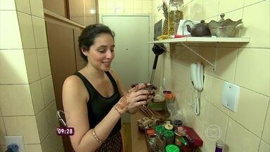 Jogo de Panelas XIV: Cássia resolve fazer um jantar indiano - A participante do reality começa a preparação dos pratos da noite