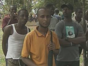 Mais de mil haitianos no AC enfrentam dificuldades para seguir viagem - Governo do estado do Acre deixou de pagar as empresas que faziam o transporte dos imigrantes.