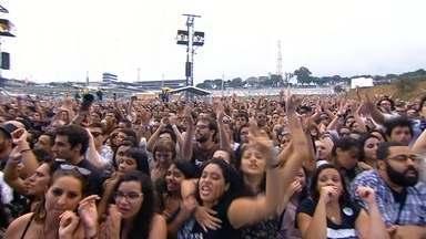 Debaixo de chuva, fãs curtem os shows do Lollapalooza, em SP - Atrações nacionais e internacionais devem se apresentar nos palcos do evento no autódromo de Interlagos, em São Paulo. No primeiro dia do evento, 66 mil pessoas assistiram aos shows.