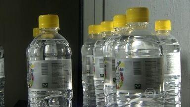 Empresa cria procedimento que transforma água salgada em potável - Por mês, uma fábrica no litoral de SP produz 33 mil garrafas de água potável. Após passar por três processos, água é dessalinizada e tratada para consumo.