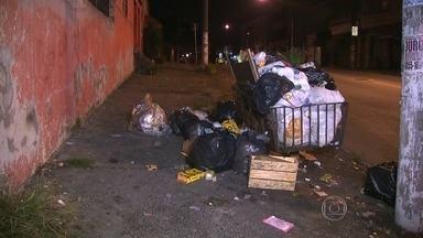 Termina a greve dos coletores de lixo em Santo André, no ABC - Apesar do fim da greve, ainda tem muito lixo nas ruas e os varredores continuam parados. Nesta terça-feira (31) tem uma nova rodada de negociações entre as empresas de lixo e os funcionários.