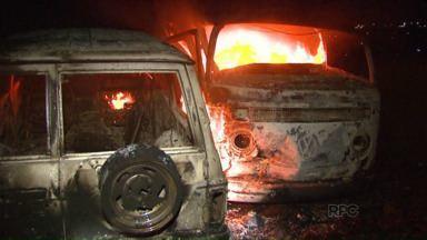 Carros com contrabando são incendiados na avenida Beira Rio - Veículos estavam cheios de pneus. Corpo de Bombeiros foi chamado para controlar as chamas.
