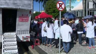 Moradores de Curitiba sofrem consequências da greve dos servidores da Saúde - Sem entendimento com a Prefeitura, os funcionários decidiram continuar o movimento grevista.