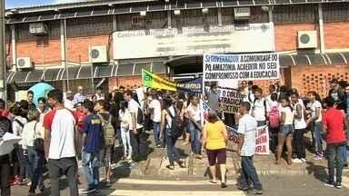 Alunos protestam contra demolição de escola para construção de viaduto, em Goiânia - A quadra do colégio foi reformada há 4 meses ao custo de R$ 150 mil e também será demolida.