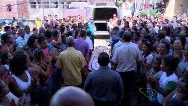 Padre que morreu em missa recebe últimas homenagens no ES - Adeus emocionado foi marcado por uma missa de corpo presente.Corpo foi levado para Minas Gerais, onde será sepultado.